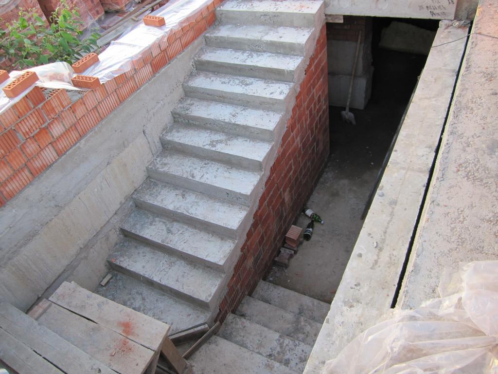 ступеньки в подвал из кирпича